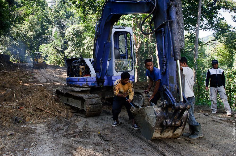 экскаватор строит новую северо-флоресскую дорогу, building of a new trans-northern highway on Flores