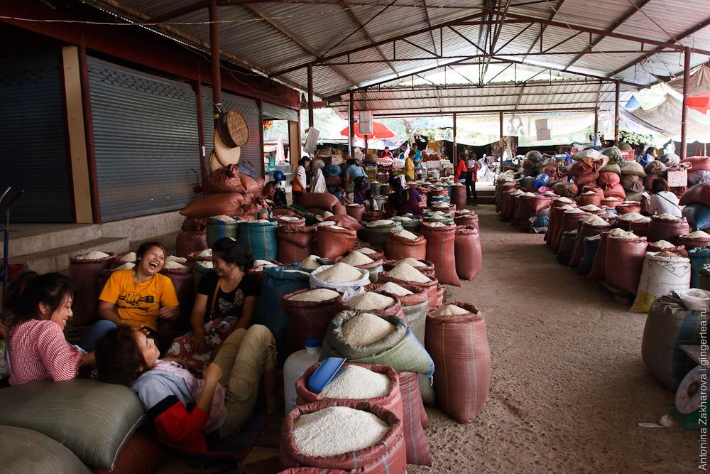 рынок риса в Лаосе