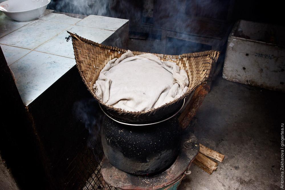 корзина, в которой готовят на пару клейкий рис в Лаосе