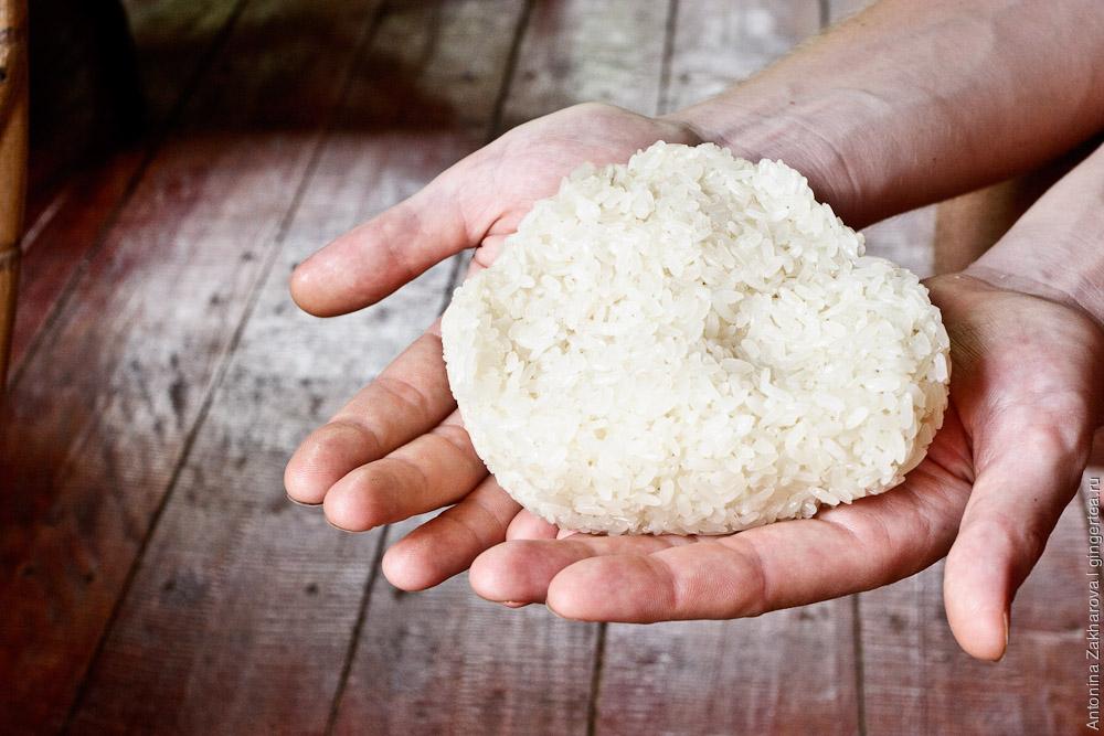 клейкий рис на ладонях, северный Лаос