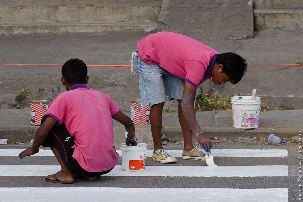 вручную рисуют зебру на пешеходном переходе в Непале