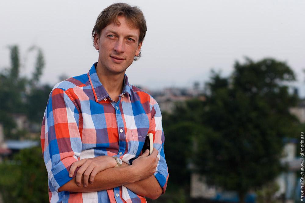 Павел Борисов читает книгу на крыше дома в Непале