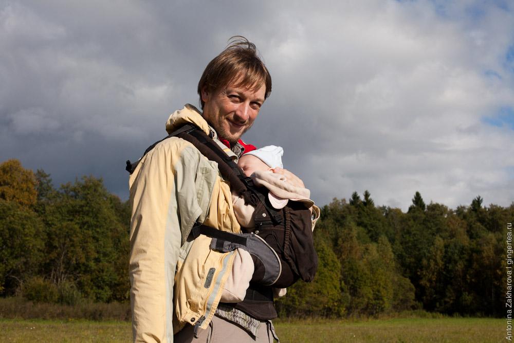 грудной ребенок в походе выходного дня в рюкзаке Мандука