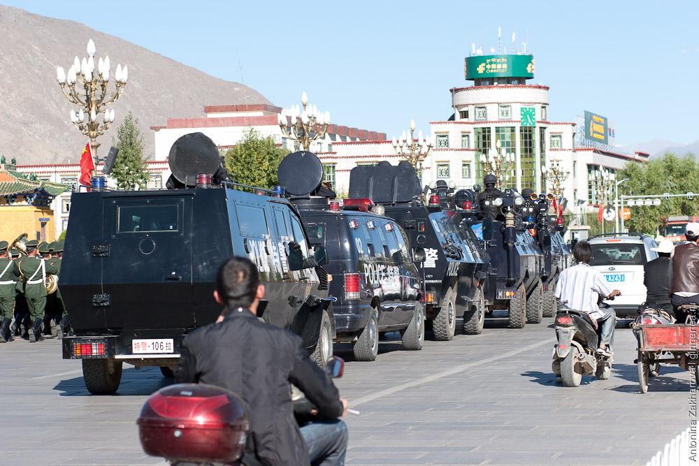 Китайский военный парад в Лхасе перед Поталой