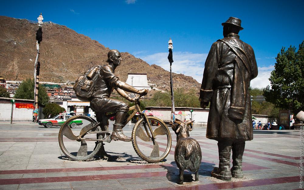 памятник велосипедисту в Шигадзе, Тибет
