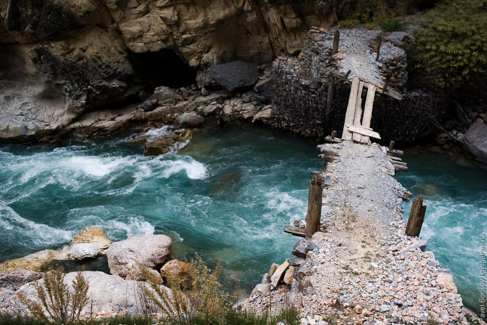 шаткий деревянный мостик через приток Салуина