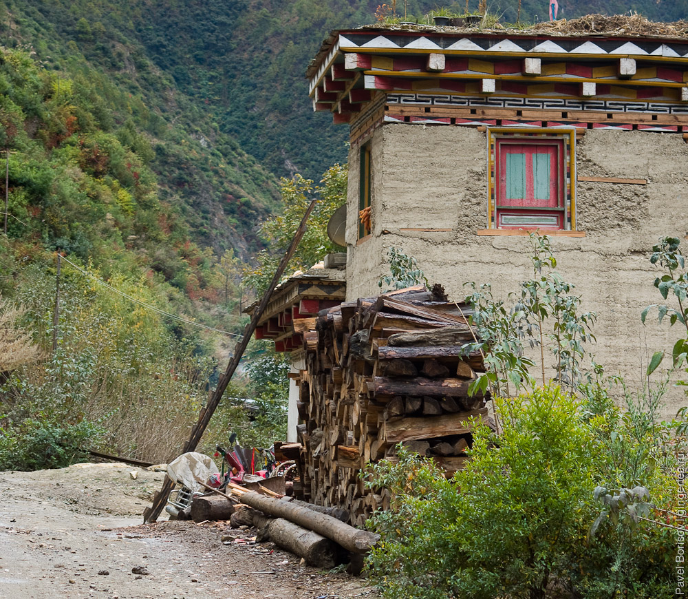 тибетская деревня на берегу Салуина