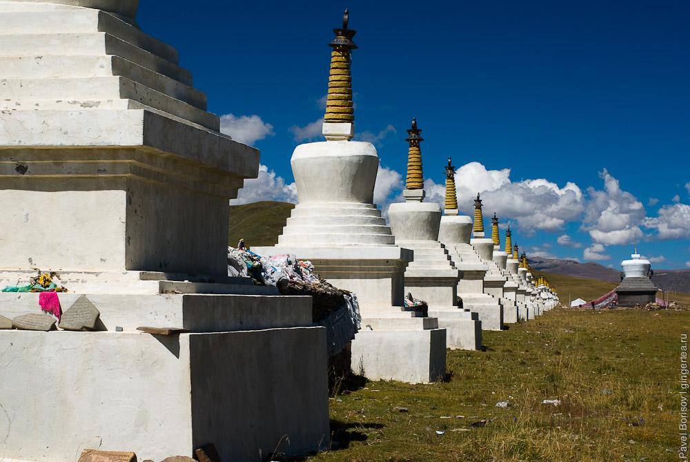 длинный ряд ступ в долине реки Янцзы  на Тибетском плато