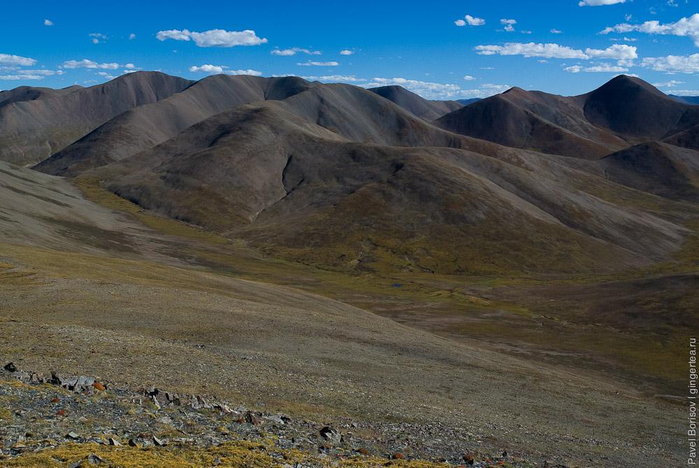 Гладкие горы к югу от перевала Три Седла