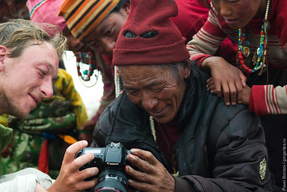 Тибетцы смотрят себя на экранчике фотоаппарата