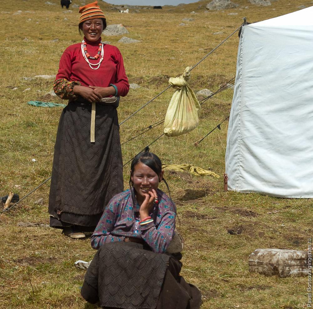 Тибетские женщины неизменно носят традиционное платье-пальто
