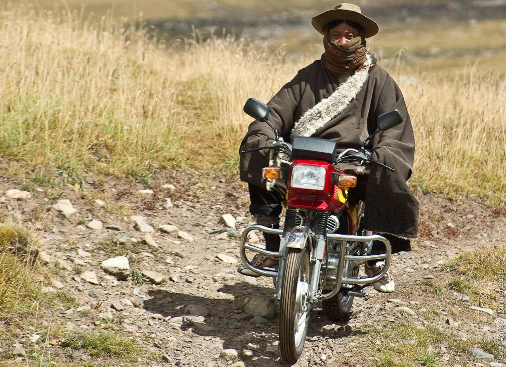 тибетец на мотоцикле