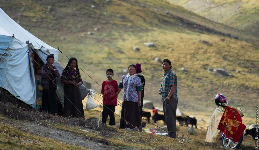 Гостеприимная тибетская семья у своей палатки