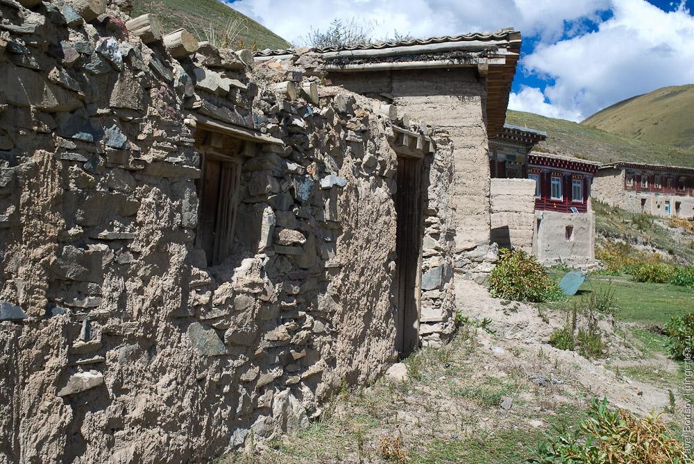 строения в пустом буддийском монастыре
