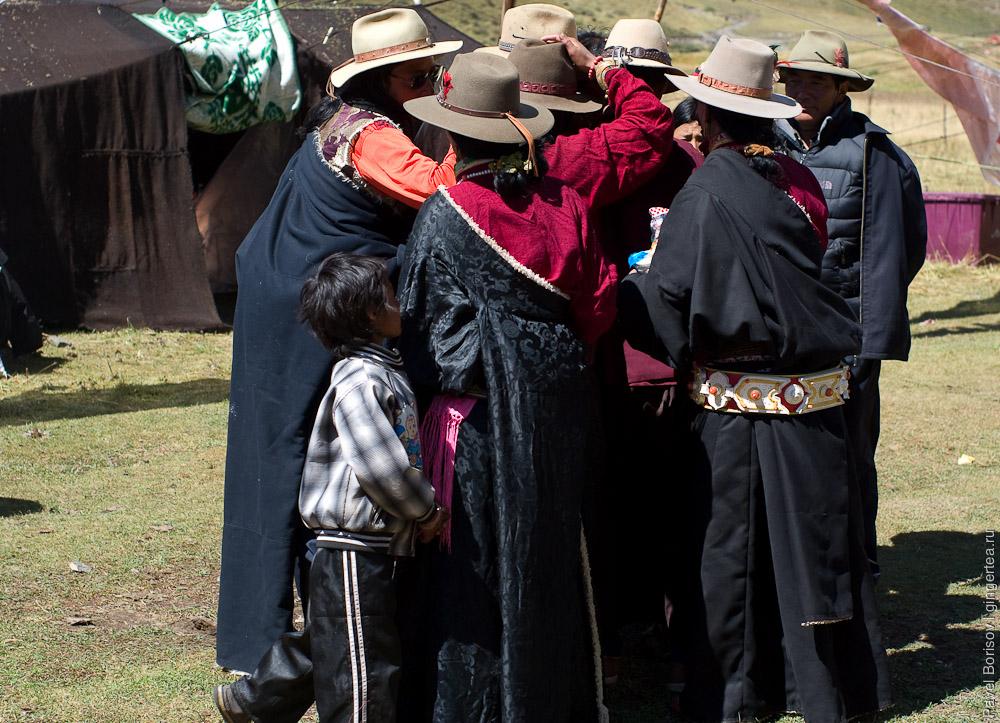 Красиво одетые тибетцы на празднике в шляпах