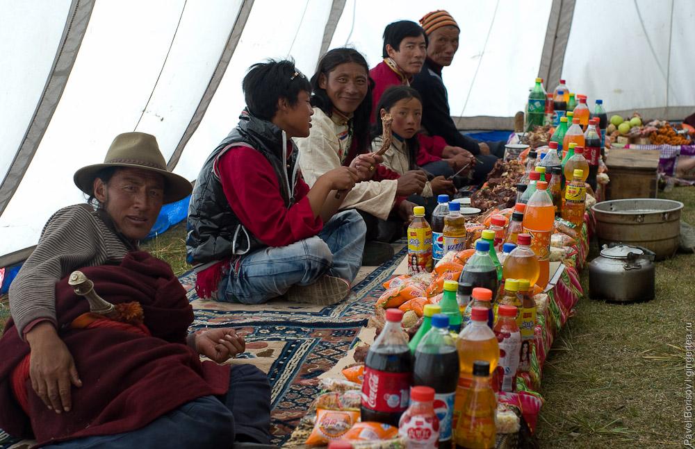 праздничный стол в тибетской палатке