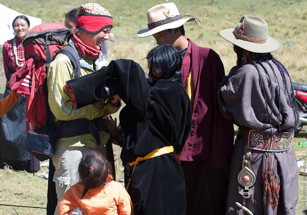 Празднично одетые тибетцы