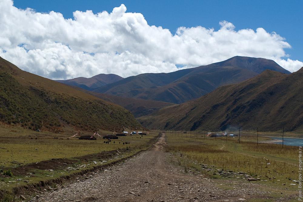 Тибетские палатки вдоль дороги по реке Ялунцзян