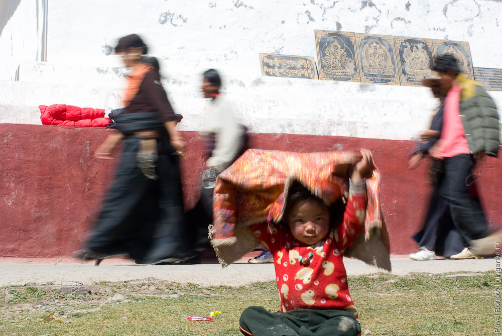 тибетцы на коре вокруг ступы