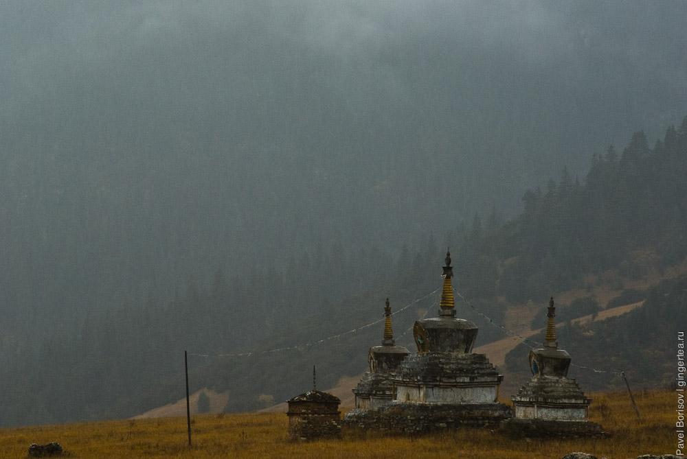 старые тибетские ступы в долине реки Динцюй, Сычуань