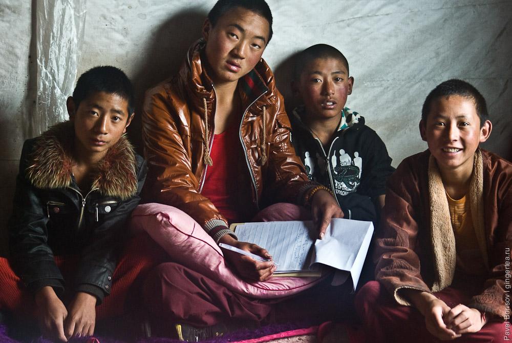 Ученики в тибетском монастыре, Сычуань