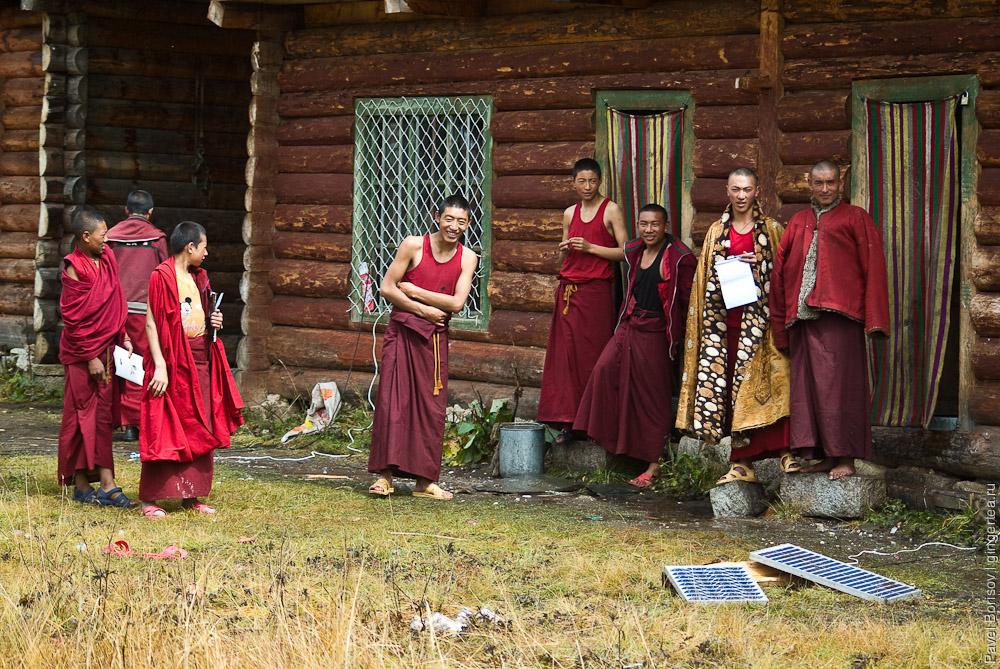 Старшеклассники в тибетском монастыре и монах-преподаватель, Сычуань