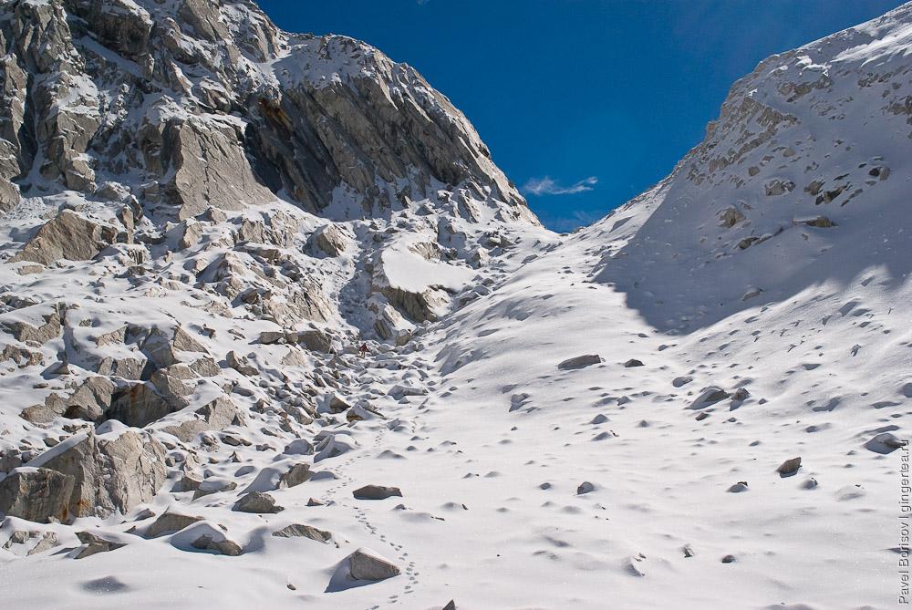 Тоня поднимается на седловину перевала Розовой долины у горы Гьеньен, Сычуань