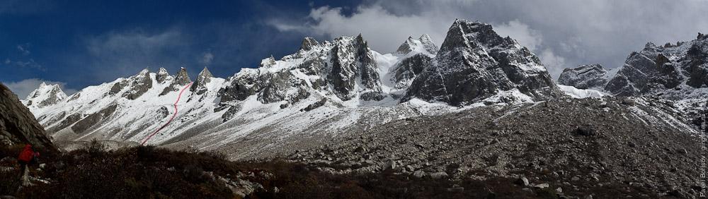панорама хребта и путь подъема на перевал Розовой долины у горы Гьеньен, Сычуан title=