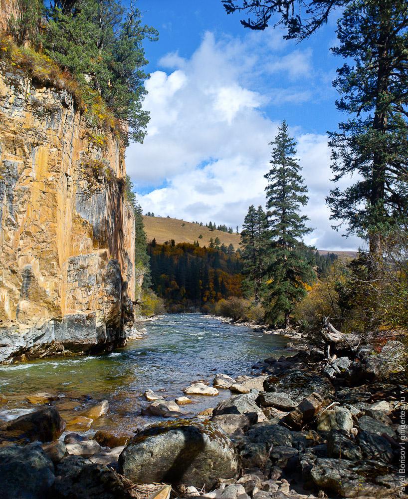 А где то река и скалы и луга