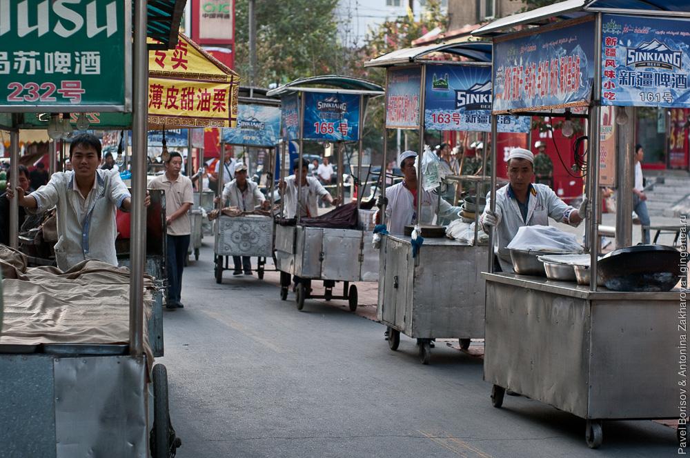 уличные торговцы, Урумчи, Китай