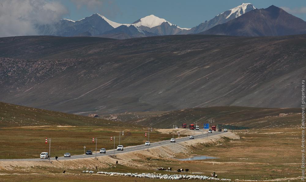 автомобильная дорога в Китайском Тянь-Шане у перевала Уластай