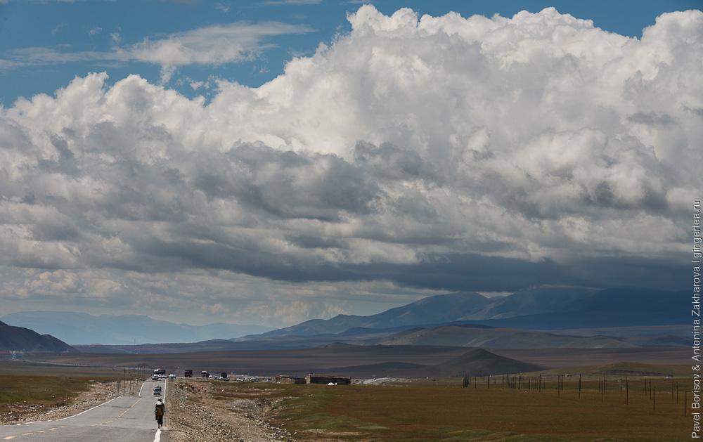 Верховья Малого Юлдуза в Китайском Тянь-Шане, по дороге едет велосипедист