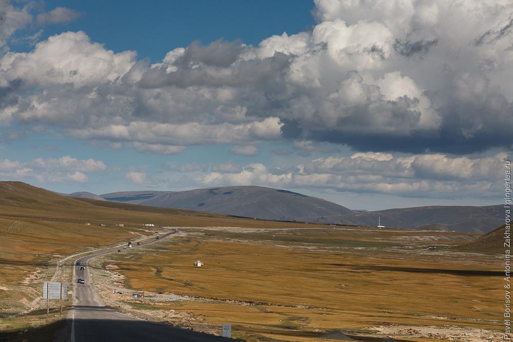 автомобильная дорога по долина Малого Юлдуза в Китайском Тянь-Шане