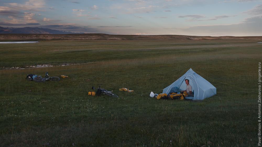 самодельная палатка на берегу Бага-Юлдуза в Китайском Тянь-Шане