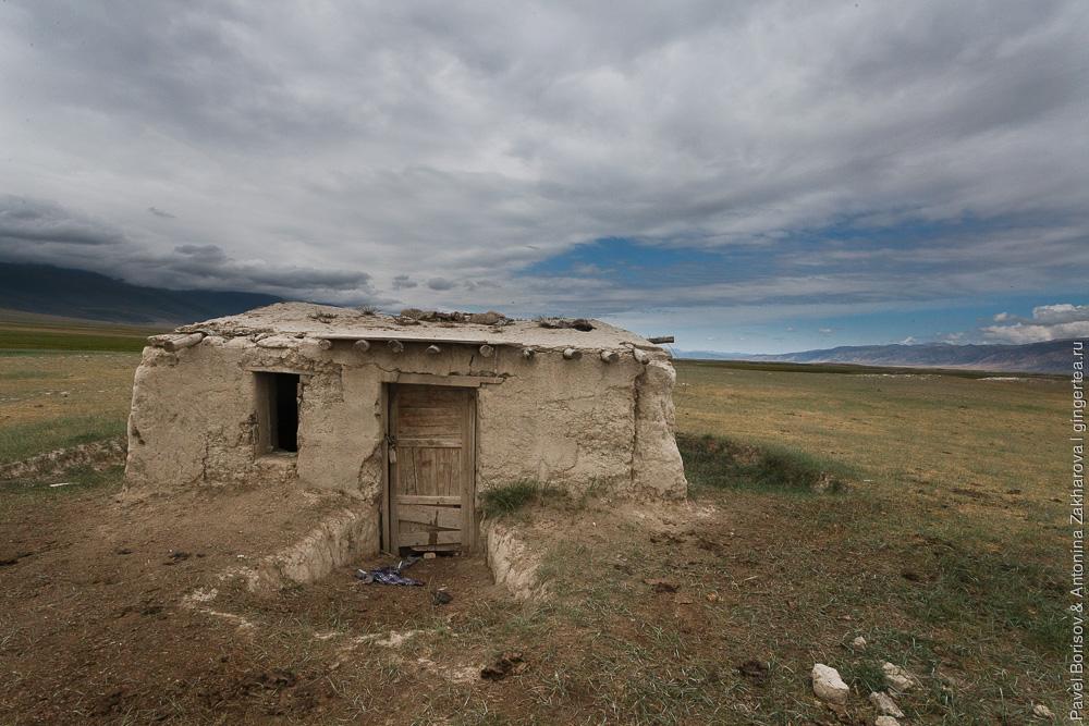 заброшенный домик из глины в Китайском Тянь-Шане