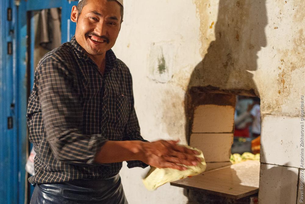 улыбчивый уйгур продавец лепешек в Синьцзяне
