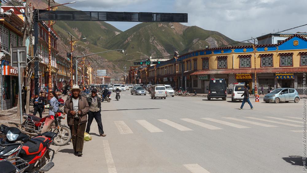 главная улица в городе Цзадо в Цинхае, Китай