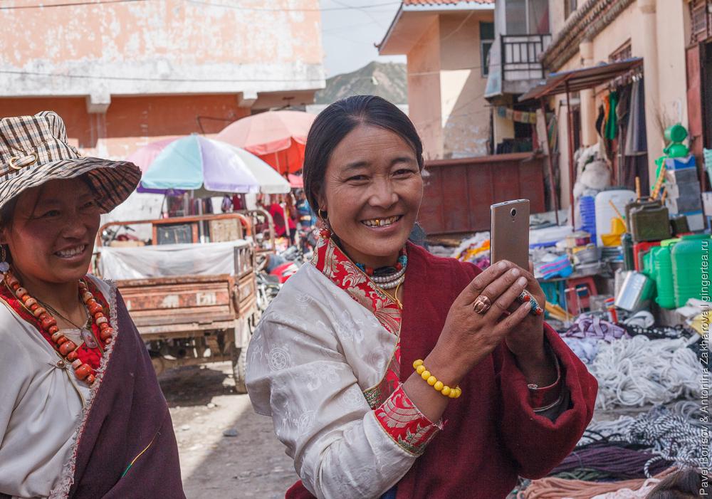 тибетцы в городе Цзадо в Цинхае, Китай
