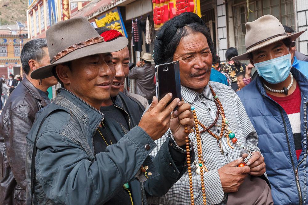 тибетцы кхампа с цветными нитями в волосах