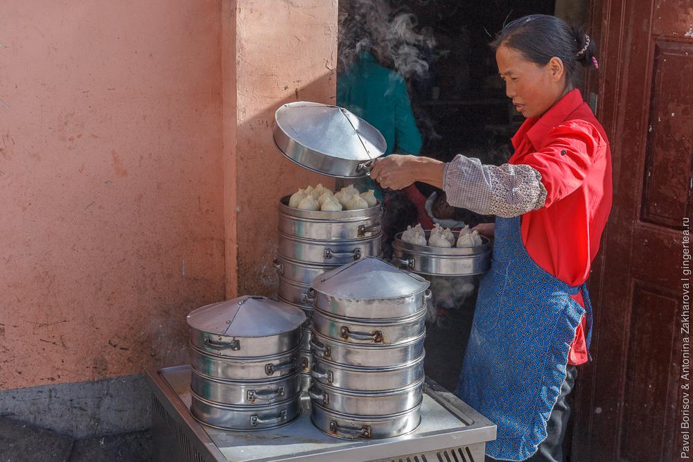 женщина готовит баоцзы, Китай