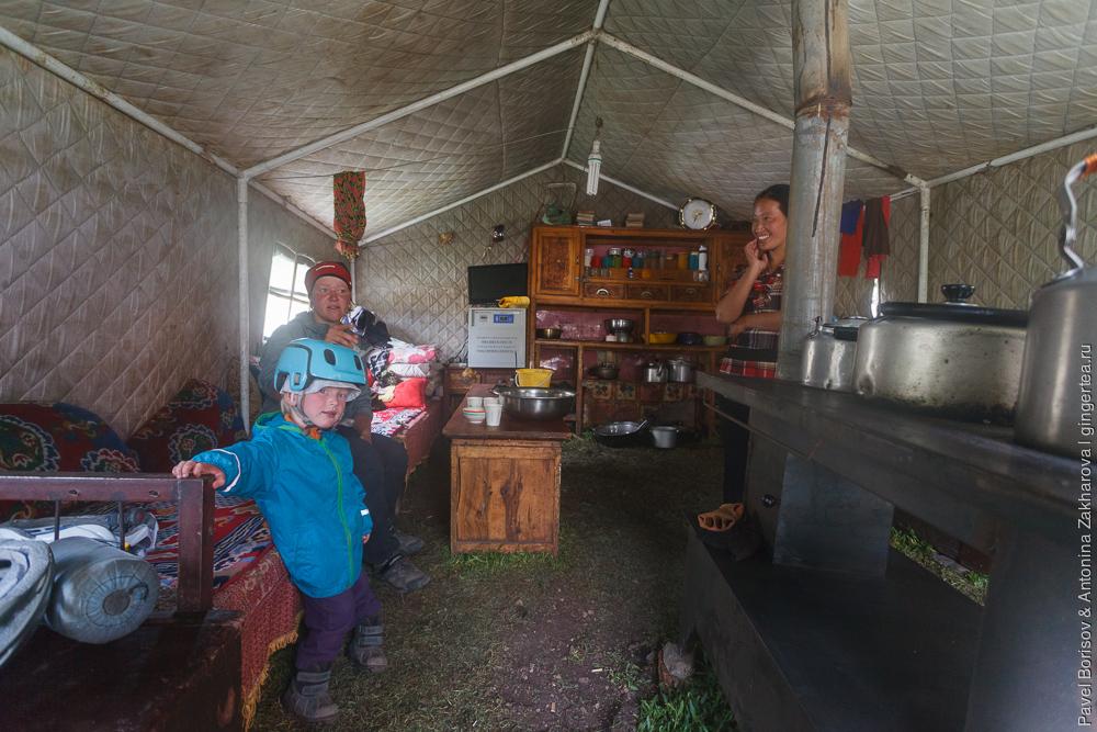 в палатке тибетцев-кочевников