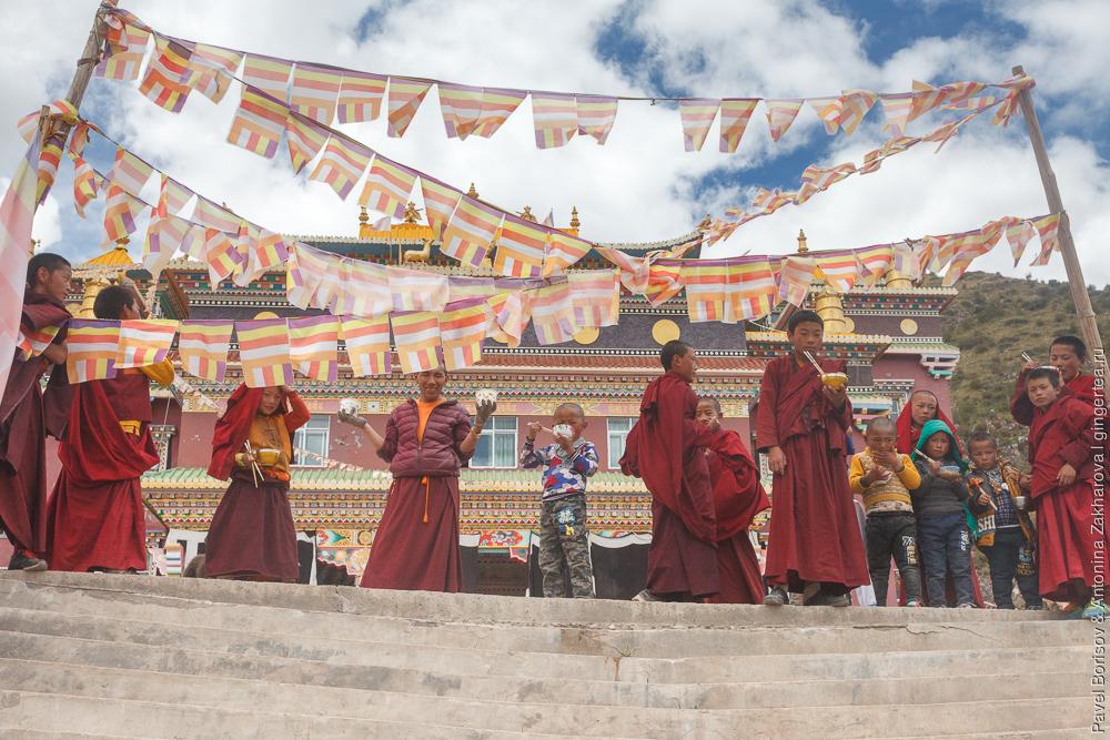 дети-монахи в тибетском монастыре