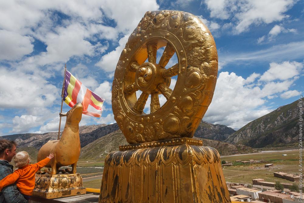 колесо дхармы в окружении двух оленей
