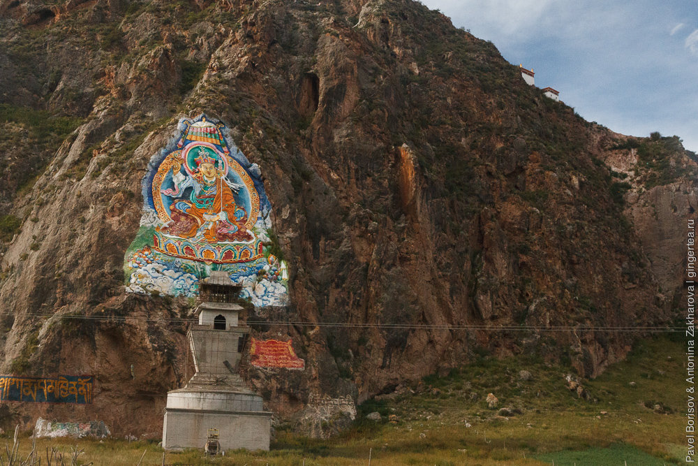 изображение Падмасамбхавы или Гуру Ринпоче на скале