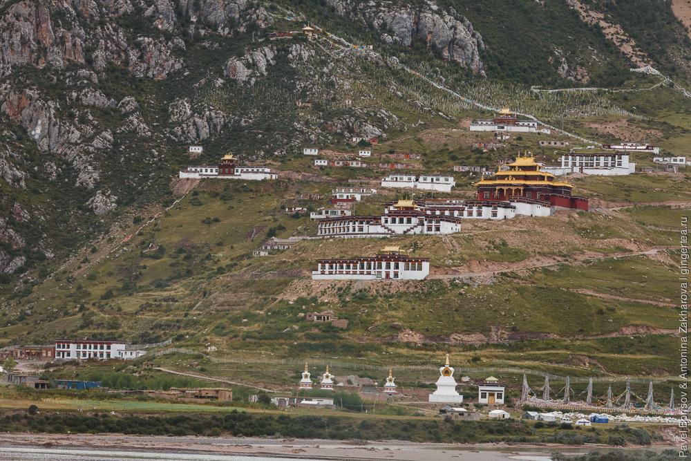 большой тибетский монатырь в Цинхае