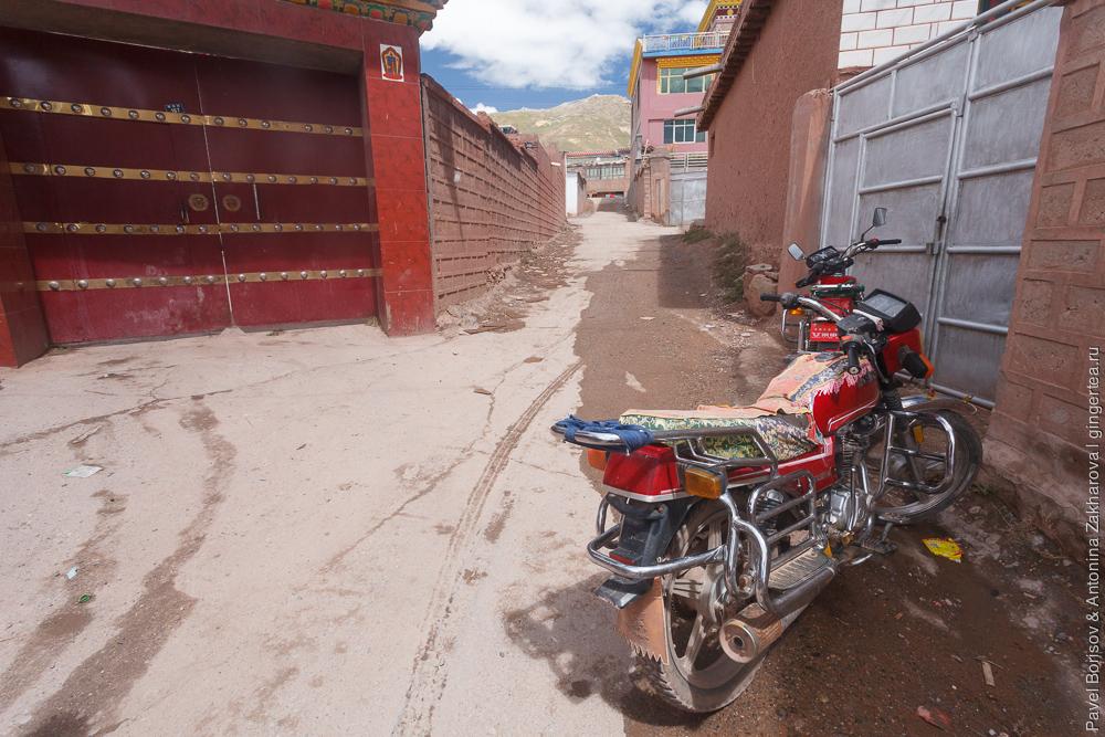 мотоцикл на улице города Нангчен в Цинхае