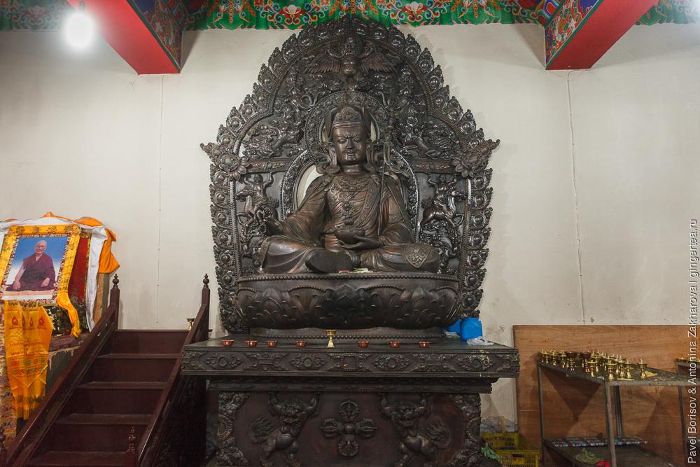 Статуя Падмасамбхавы в храме в провинции Цинхай