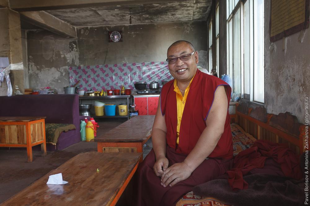 лама в тибетском монастыре