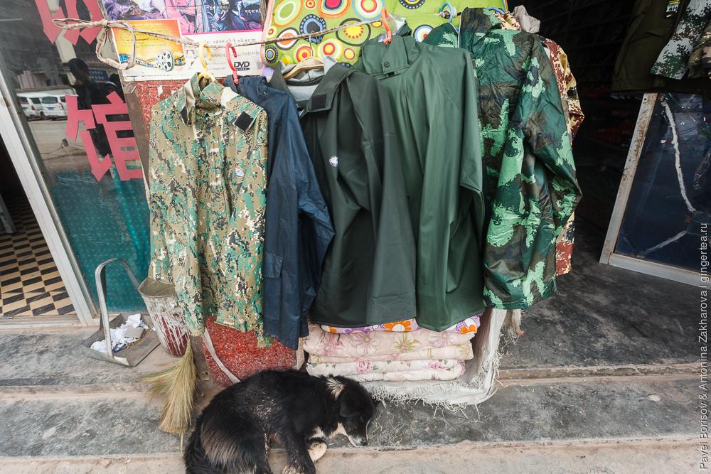 непромокаемые куртки в китайском магазине в Цинхае