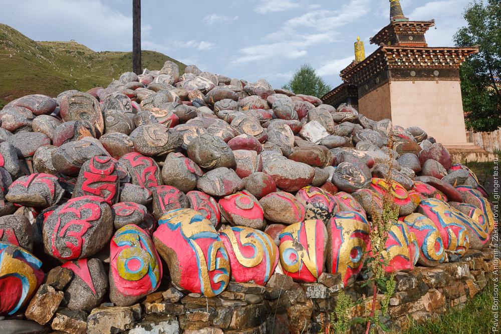 камни с мантрами в тибетском городке